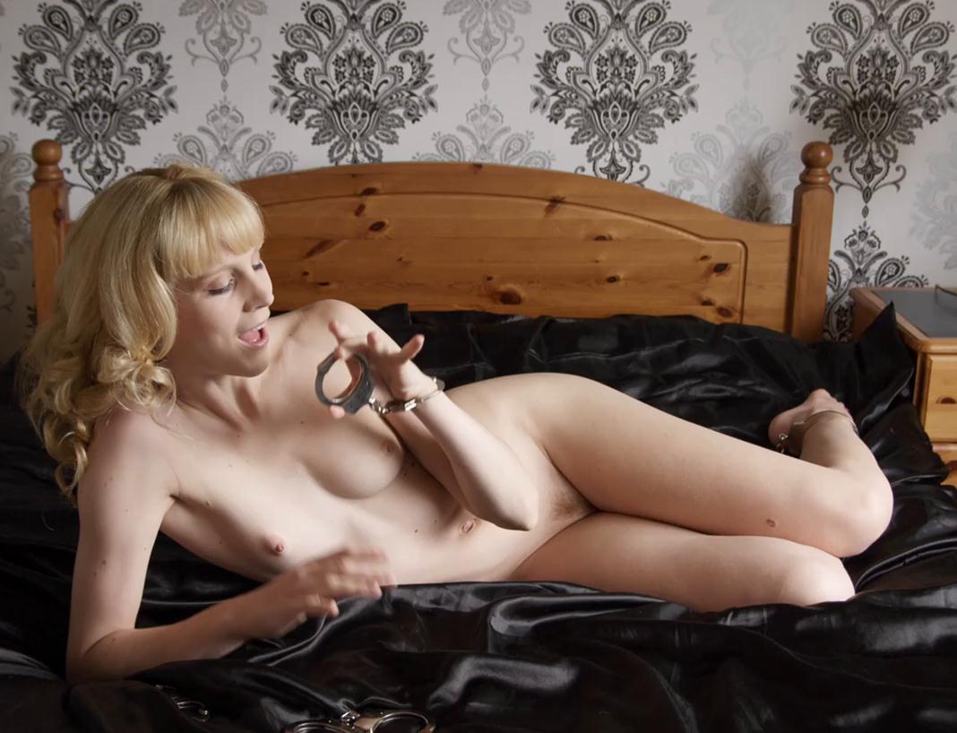 Steel bondage - Ariel Anderssen is bound by herself - Metal bondage - Loving it!